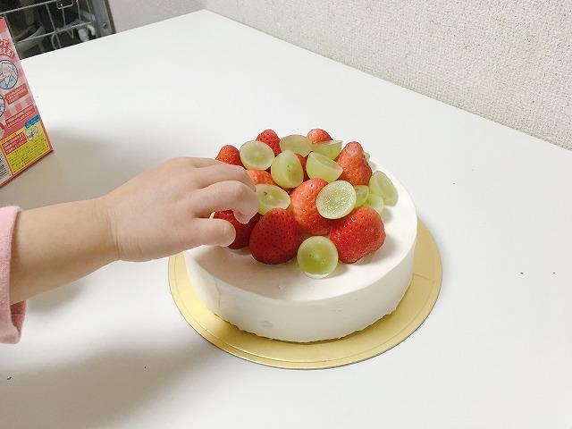 ケーキにフルーツをのせる