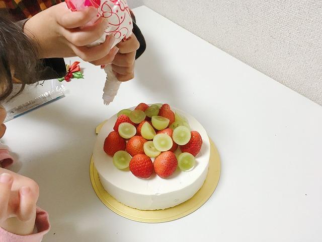 ケーキにクリームを絞る